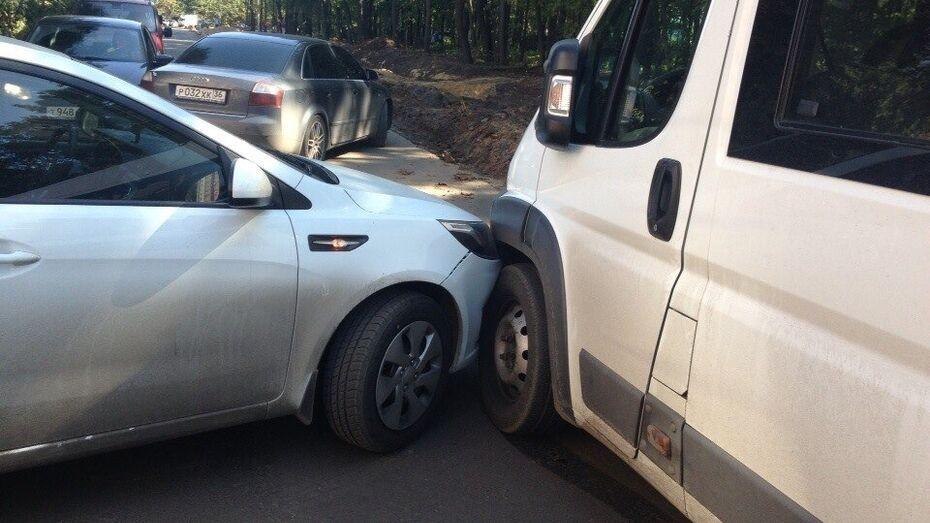 Мелкое ДТП в Воронеже парализовало улицу Ломоносова на 12,5 часов