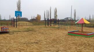 В верхнемамонском селе Мамоновка активисты сделали детскую площадку