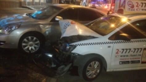 В Воронеже в ДТП с такси на проспекте Революции пострадали 2 человека