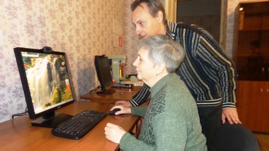 Репьевских пенсионеров пригласили в компьютерный класс