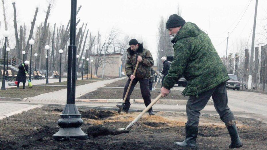 Жители Хохольского района провели первый субботник