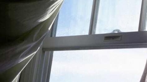В Воронеже 1,5-годовалая девочка выпала со второго этажа из-за москитной сетки