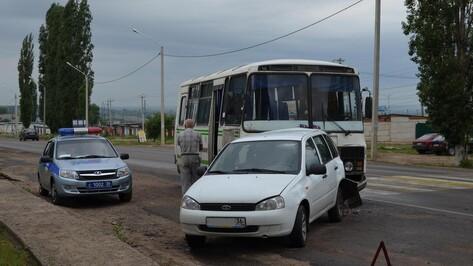 В Семилуках «Лада-Калина» врезалась в пассажирский автобус