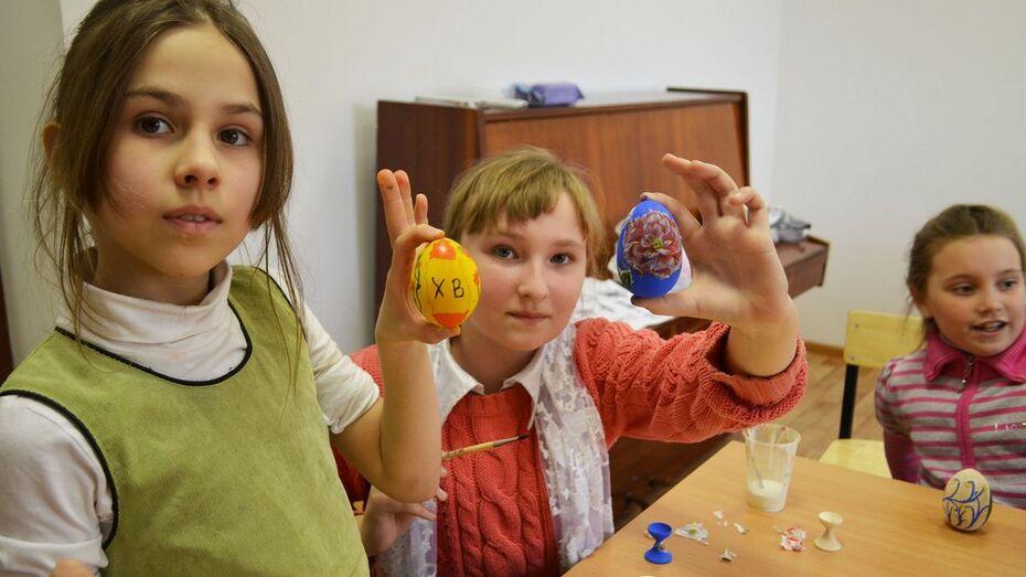 В Лисках прошел мастер-класс по росписи пасхальных яиц