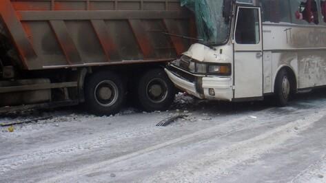 Пассажирский автобус врезался в «КАМАЗ» в Воронежской области