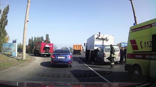 Mercedes влетел в полицейский автозак в Воронежской области