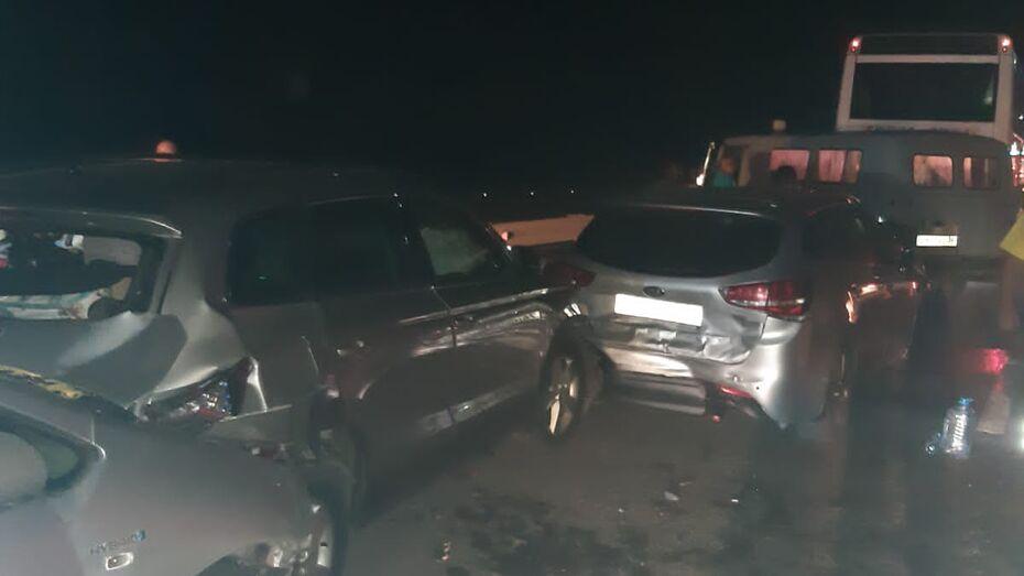 Шесть человек пострадали в ДТП рядом с пунктом оплаты на трассе М-4 в Воронежской области