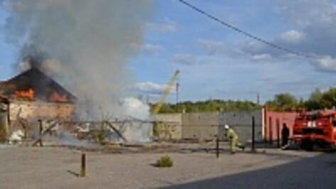 В Грибановке по неизвестной причине загорелись заброшенные мебельные склады