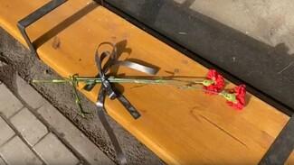 Горожане принесли цветы на место взрыва автобуса в Воронеже