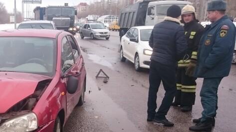В Воронеже на Антонова-Овсеенко столкнулись 3 машины: пострадала женщина