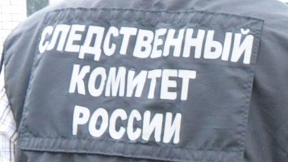 В подъезде многоквартирного дома в Павловске обнаружили труп мужчины