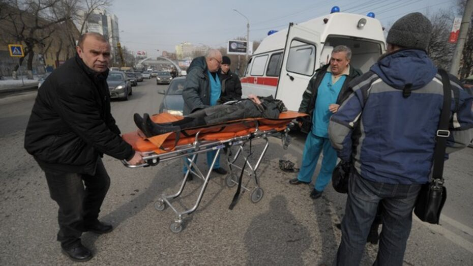В Воронеже у автобусной остановки ПАЗ сбил двух пешеходов