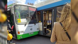 Два автобуса столкнулись на остановке в Воронеже