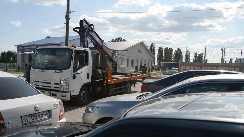 Воронежец попытался угнать бесхозный автомобиль на эвакуаторе