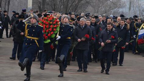Губернатор возложил цветы к Вечному огню на братской могиле в Воронеже
