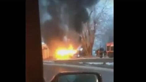 Воронежцы сняли на видео загоревшуюся в центре города «Ладу Надежду»