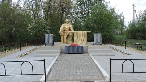 Жители поворинского села обновили памятник героям-землякам