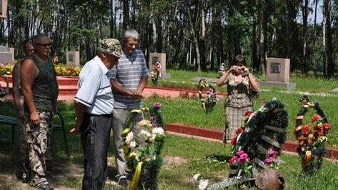 Репьевцы побывали на месте захоронения своего отца и деда, погибшего в 1943 году