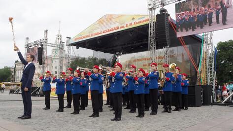 Лучшие детские духовые оркестры выступили на площади Ленина в Воронеже