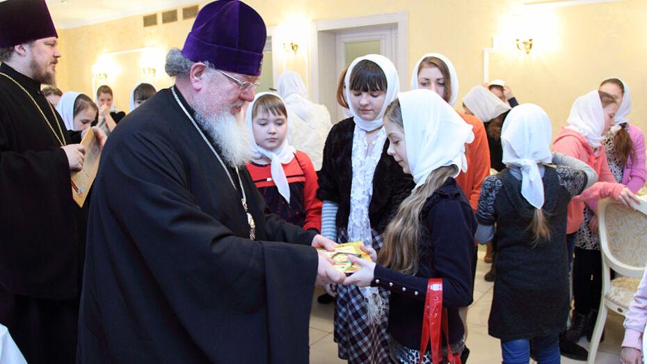 Митрополит Воронежский и Лискинский Сергий вручил рождественские подарки украинским детям