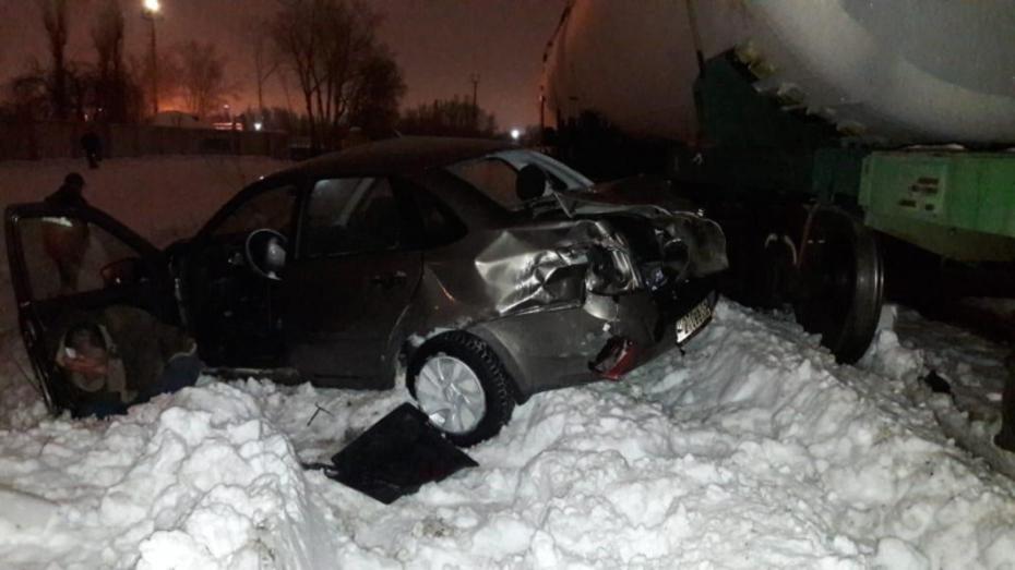 В Воронеже «Лада Гранта» влетела в товарный поезд: пострадал 49-летний пассажир автомобиля