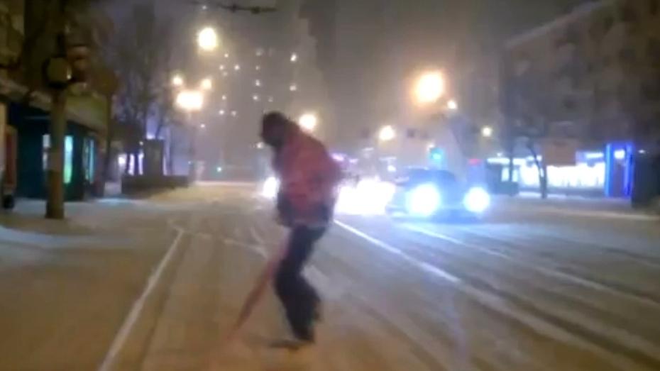 Воронежский сноубордист опробовал заснеженную дорогу на Плехановской