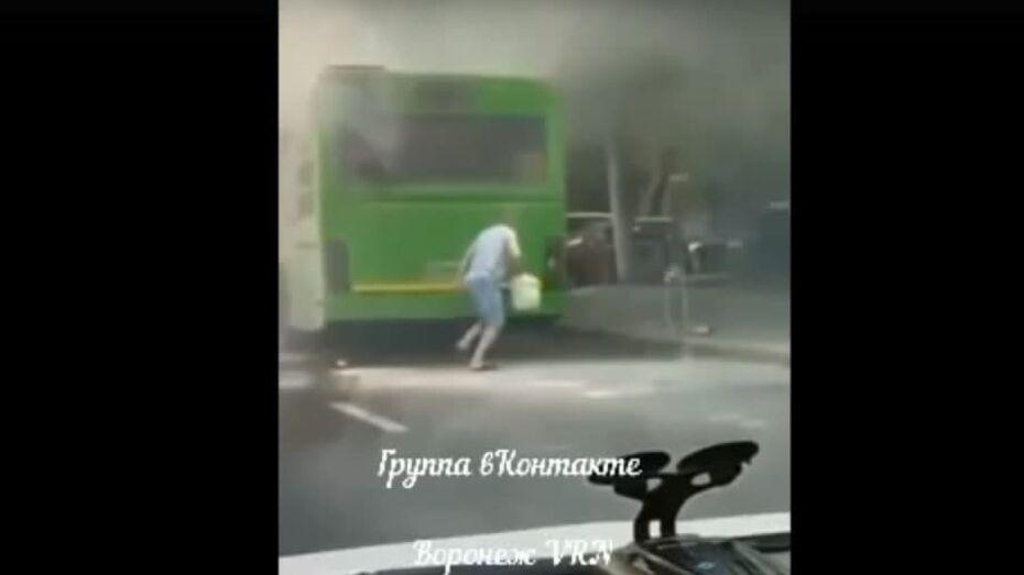 Маршрутный автобус загорелся в центре Воронежа