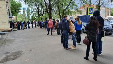 Воронежцы приняли «санитарную дистанцию» рядом с наркодиспансером за очередь