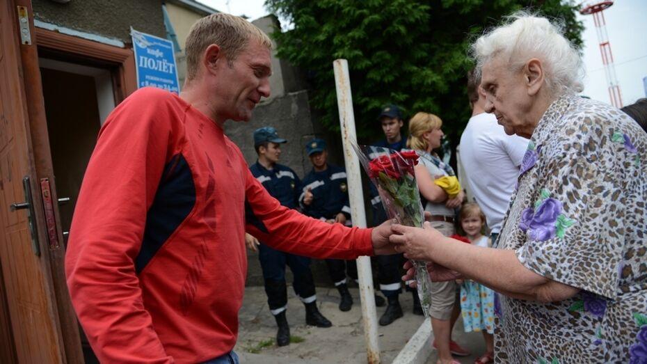 Временных переселенцев с Украины в воронежском аэропорту встретили с цветами
