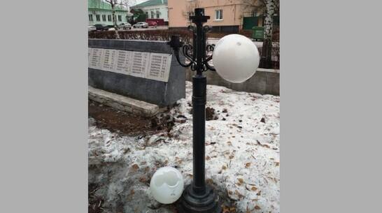 Неизвестные разбили плафоны и выкрутили лампы на мемориальном комплексе в Павловске