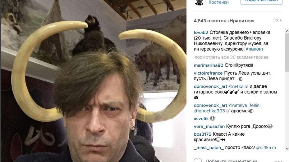 Солист группы «Би-2» по дороге из Воронежа сделал селфи с мамонтом