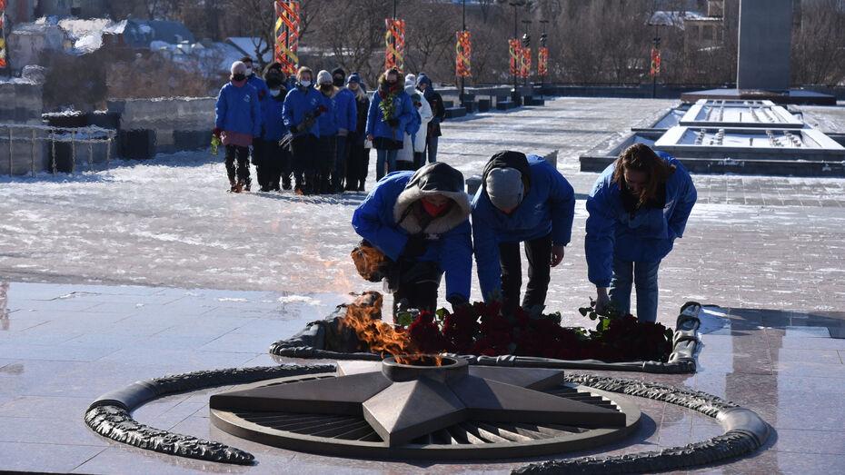 «Волонтеры Победы» в Воронеже возложили цветы к Вечному огню