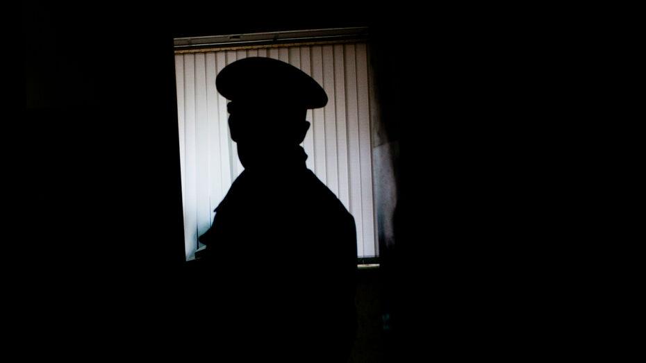 В Воронеже бывшего участкового осудят за мошенничество и кражу со взломом
