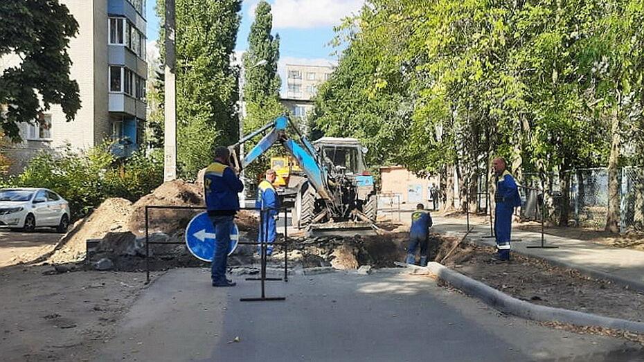 Из-за утечки в Воронеже вскрыли недавно отремонтированную дорогу возле детского сада