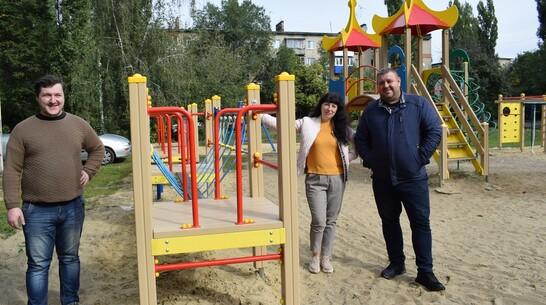 На детской площадке в микрорайоне Борисоглебска установили новое игровое оборудование