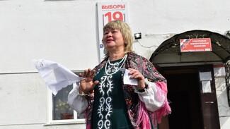 В Грибановском районе сельчанка исполнила частушки на избирательном участке