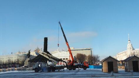 В Воронеже на площади Ленина начали установку новогодней елки