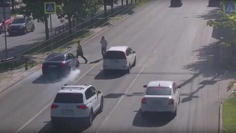 На видео попал момент ДТП со сбитым пешеходом в Воронеже