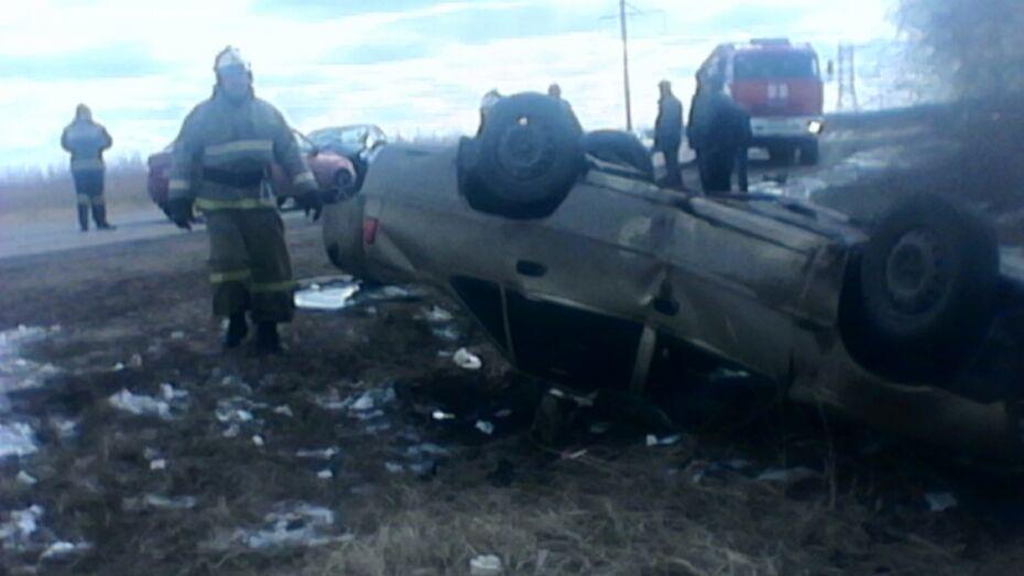 В Воронежской области автомобиль перевернулся в ДТП с 3 машинами