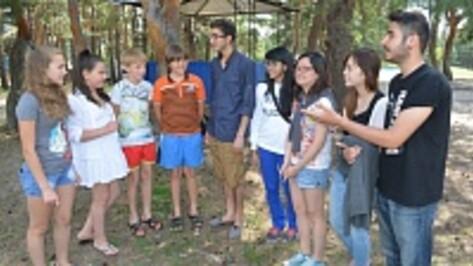 Пятеро волонтеров-иностранцев учат калачеевских детей языкам