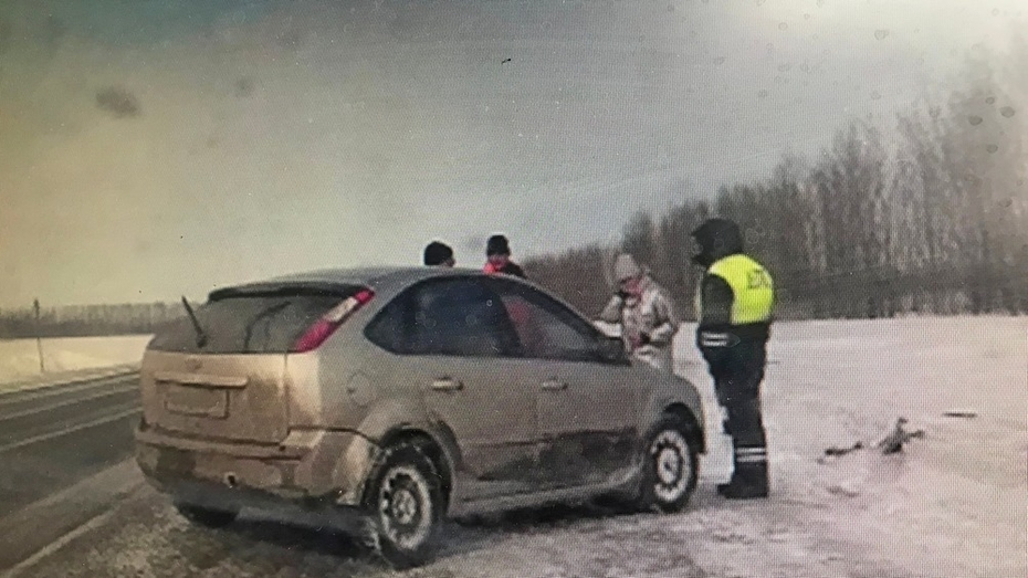 Грибановские автоинспекторы помогли замерзающей на трассе женщине-водителю