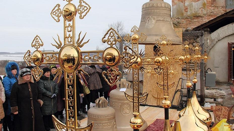 Митрополит Сергий освятил кресты и колокола для храма в семилукском селе