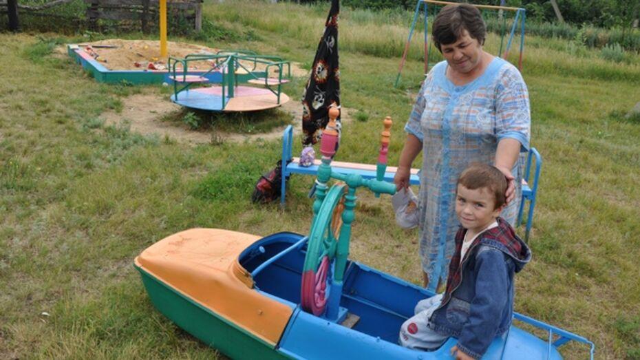 Жители павловского села собственными силами построили детскую площадку