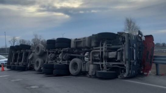 Грузовик с цементом опрокинулся на трассе под Воронежем