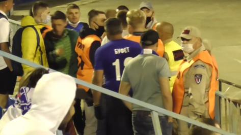 В Воронеже на матче «Факела» задержали 4 болельщиков за несанкционированный баннер
