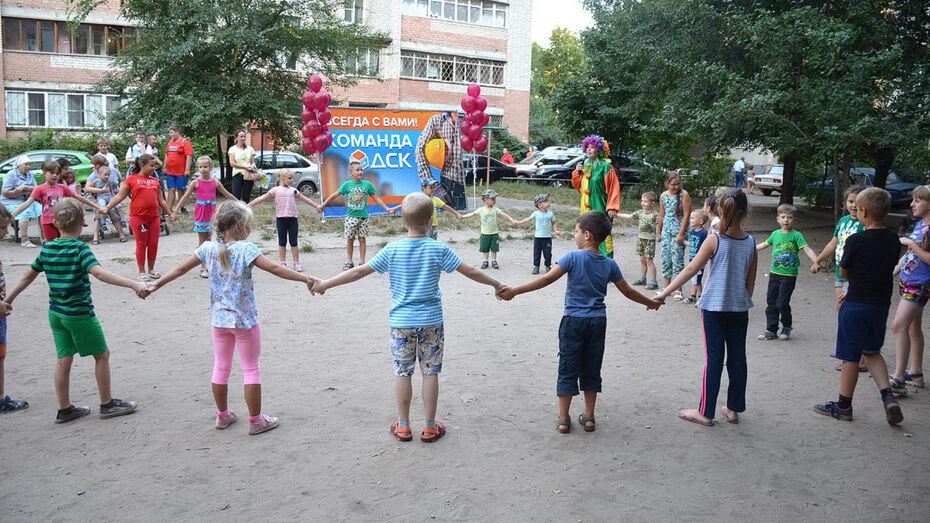 Депутаты команды ДСК организовали праздник урожая в воронежском дворе