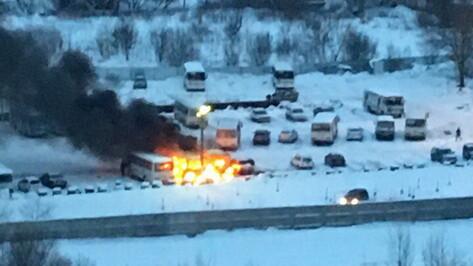 В Воронеже загорелись 3 ПАЗа: пожар попал на видео