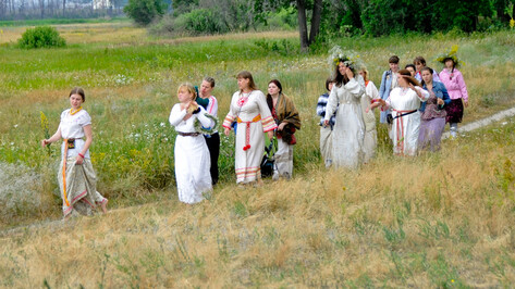 Воронежцы провожали солнце, прыгали через костер и запускали свечи в Усманку