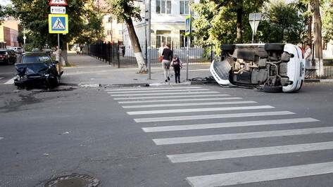 В ДТП у школы в центре Воронежа пострадали 4 человека
