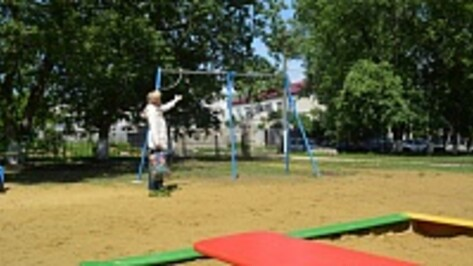 В парке Нижнедевицка подростки испортили детские качели